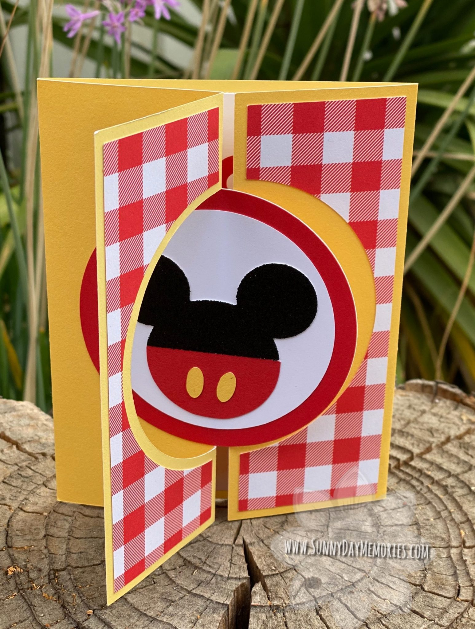 Mickey Mouse Circle Twist & Turn Gatefold Card